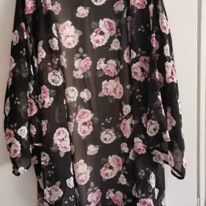 Blommig kimono från. H&m. Knappt använd. Storlek L. 30kr.