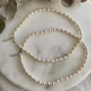 Vackra halsband i äkta vaxade glaspärlor i 4mm & 6mm. Finns i färgen Ivory eller Ivory & Ljusrosa. Noggrant gjort & i bra kvalité! Nytt/oanvänt! Endast 129kr/styck. Fri frakt 💌  Kontakta mig om du vill köpa 🥰