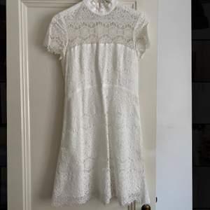 Superfin vit klänning -perfekt till studenten- i storlek 38, passar dock utmärkt på mig som är en S/M då den är liten i storlek. Inga defekter. Modellen säljs ej längre och nypris 1700 kr. Modellen heter SUTTON DRESS.