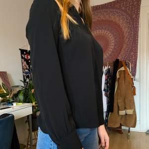 Säljer denna snygga blus som endast är använd en gång. Den går både att klä upp och ner!