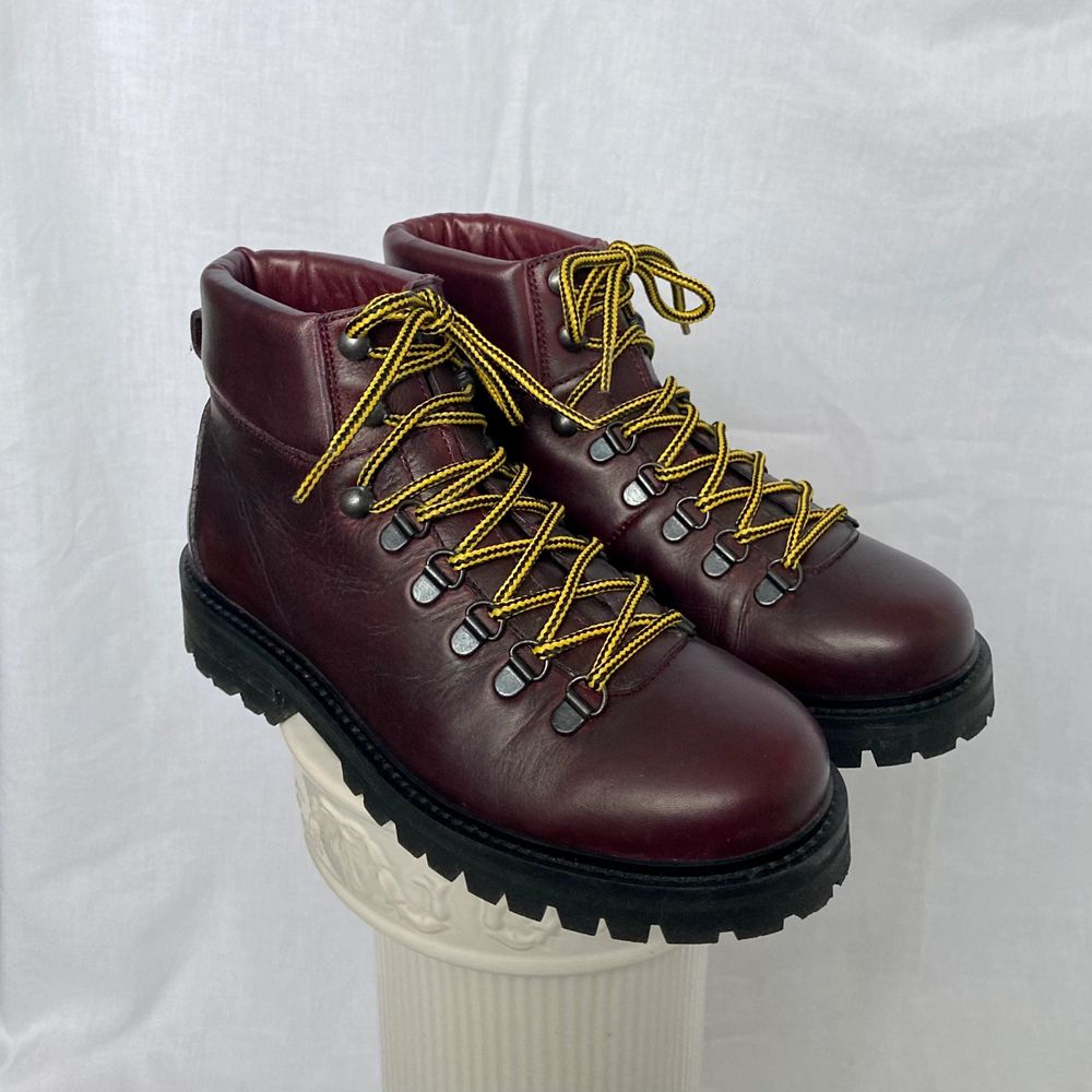 🌊 DARK RED / BURGUNDY / PURPLE WINTER ANKLE BOOTS WITH STURDY BLACK SOLE AND YELLOW / BLACK STRIPED LACES. FROM SCANDINAVIAN BRAND WHYRED (3RD PIC FOR CORRECT COLOR)  • SIZE - EU 37 (Also fit 37.5) / UK 4 / US 7 • BRAND - Whyred • MATERIAL - Leather  y2k 90s 80s 70s 60s spring summer sunny autumn winter grey brown white black crop top tshirt strap shirt blouse jumper polo cape coat bolero orange yellow jacket sparkly glitter party evening eyelets green shiny grey silver gold velvet knit vest sweater v neck acne studios eytys shoea heels heal knee high rain skor regn stövlar hälar klackar röd rött svart gul. Skor.