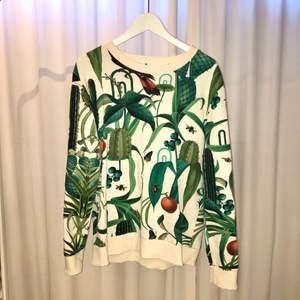 En sweatshirt från Daynight Casual i storlek L. Superfint mönster med växter, fåglar och skalbaggar. Knappt använd.