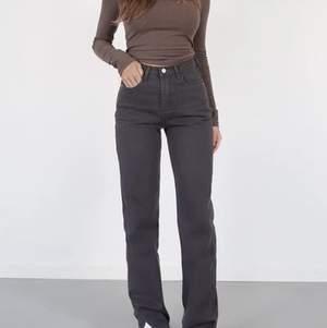 Nyköpta Lexi jeans från Venderbys, köpte storlek S när jag skulle behövt en storlek M och kunde tyvärr inte skicka tillbaka. Jag är 168 cm och benen slutar under fötterna. Ordinarie pris: 620 kr.
