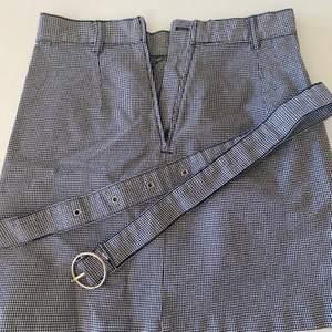 Kjol från H&M som är i nyskick, bara använd en gång. 🖤 Köpt för 199kr. Kan posta men köparen stå för frakten.