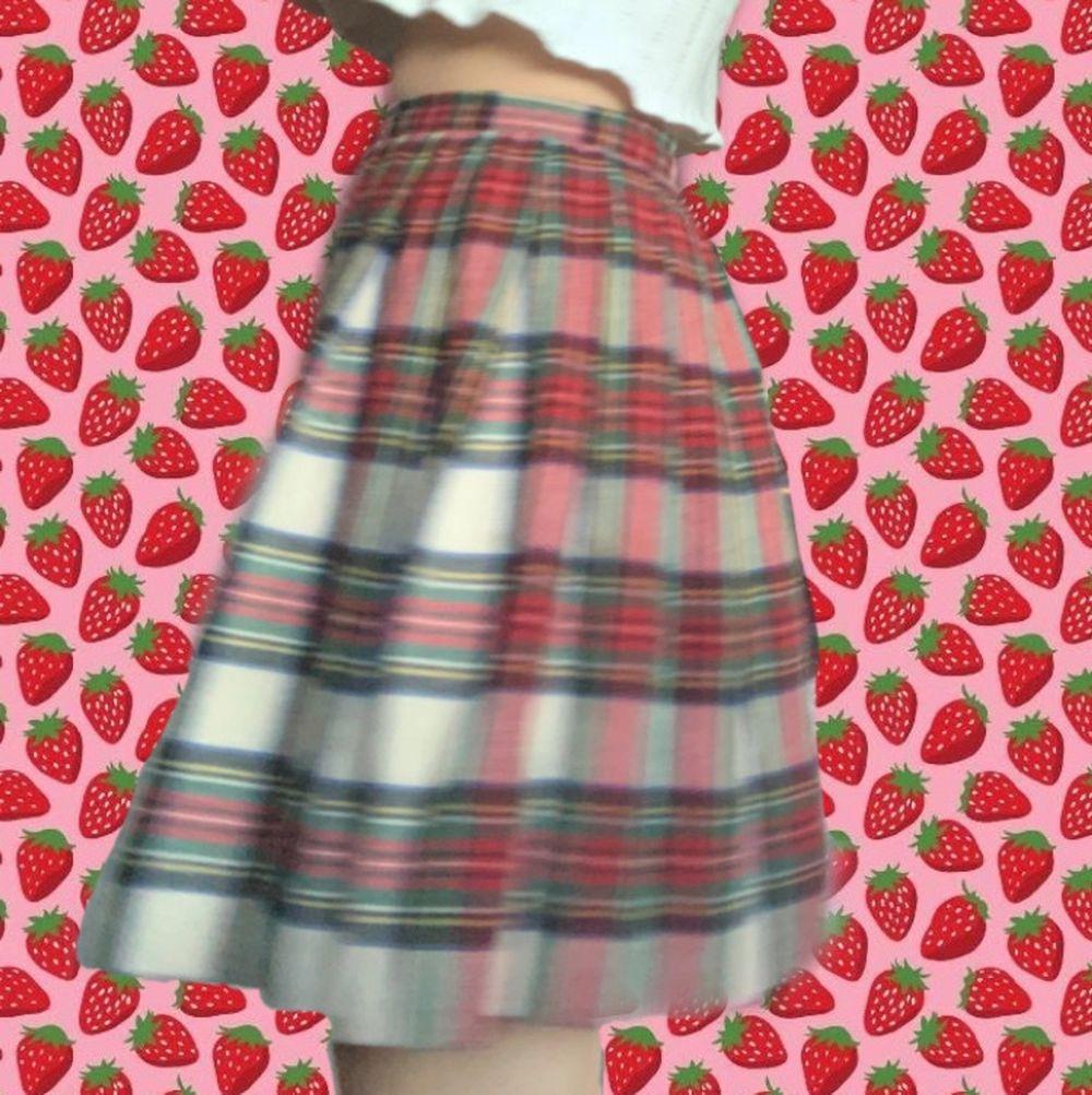 Söt kjol i ylle, så den är väldigt mysig. Tyvärr är den för liten för mig och därför måste säljas vidare🥺 Midjemåttet är 67 cm🦋 . Kjolar.