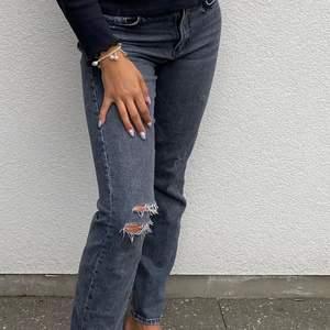 Mina absolut favorit jeans som nu blivit för stora, storlek 36 från Zara! Hål på ett knä😍