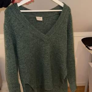 Näst intill oanvänd stickade tröjan. Perfekt gröna färgen o trots stl XS passar den allt från XS-M. 150kr + frakt