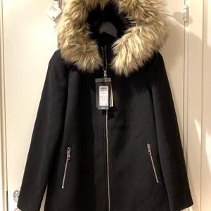 Wool jacket i storlek S/M. Oavsett att det står S, det passar även M. Jackan är helt ny, prislappen är fortfarande kvar. Nypris: 999, mitt pris: 300
