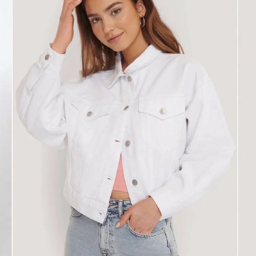 Vit jeansjacka från zara som passar perfekt nu till våren🌸 Helt oanvänd så jättebra skick. Fraktar eller möts upp i Stockholm. Jackor.