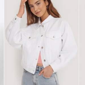 Vit jeansjacka från zara som passar perfekt nu till våren🌸 Helt oanvänd så jättebra skick. Fraktar eller möts upp i Stockholm