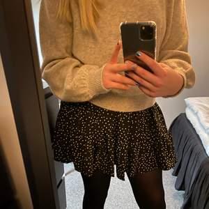 Prickig kjol från shein i storlek M. Aldrig använd då den är för stor men superfin💓 Säljer för 50 + frakt⭐️