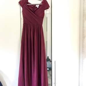 Säljer min kära balklänning, burgundy-färgad. Hör av er i PM om ni önskar mått eller liknande. Jag är 172cm på längden. Köpte står för frakten 🥰
