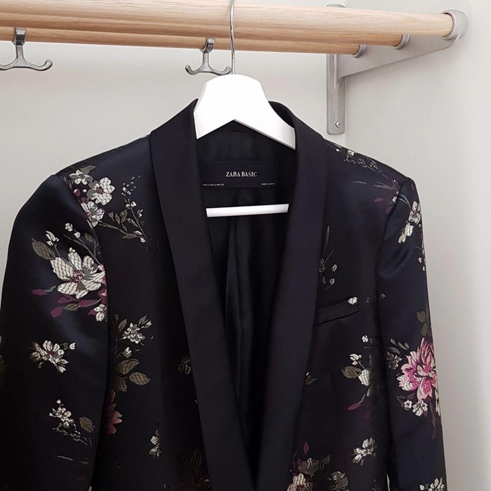 Kavaj från Zara i storlek S. Otroligt fint mönster och knappt använd! Vid snabb affär står jag för frakten 🥰. Kostymer.