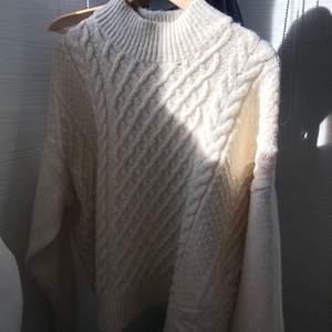 Jättefin ny stickad tröja från hm som inte kommer till användning, endast använd 2ggr🤩 storlek XL men sitter mer som en M enligt mig! Skriv för fler bilder