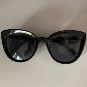 Snygga solglasögon som är lite kattformade och köpta på Gina tricot. Används inte längre så därför säljs dom💕💕