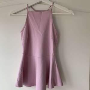 En jättefin rosa topp från Gina tricot i storlek xs. Mycket bra skick då den endast är använd ett fåtal gånger. Säljs pga att den inte kommer till användning längre💕💕