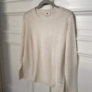 Vit Kashmir tröja. Storlek L men liten i storleken, mer än M eller S om man vill ha den lite mer oversized. Aldrig använd!☺️☺️