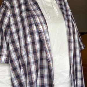 Ganska lång och stor skjorta, ser oanvänd ut. Fin att ha över en hoodie