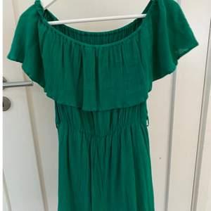 En grön klänning från Nelly i stl 36🥰 Perfekt för midsommar!