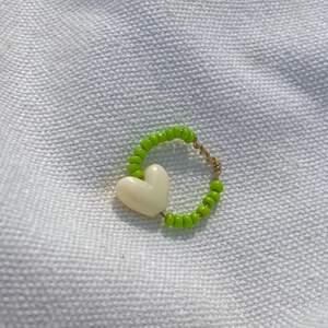 Säljer denna hemmagjorda ringen, gjort av gröna pärlor och ett guldhjältar. Säljs för 20 + frakt☺️