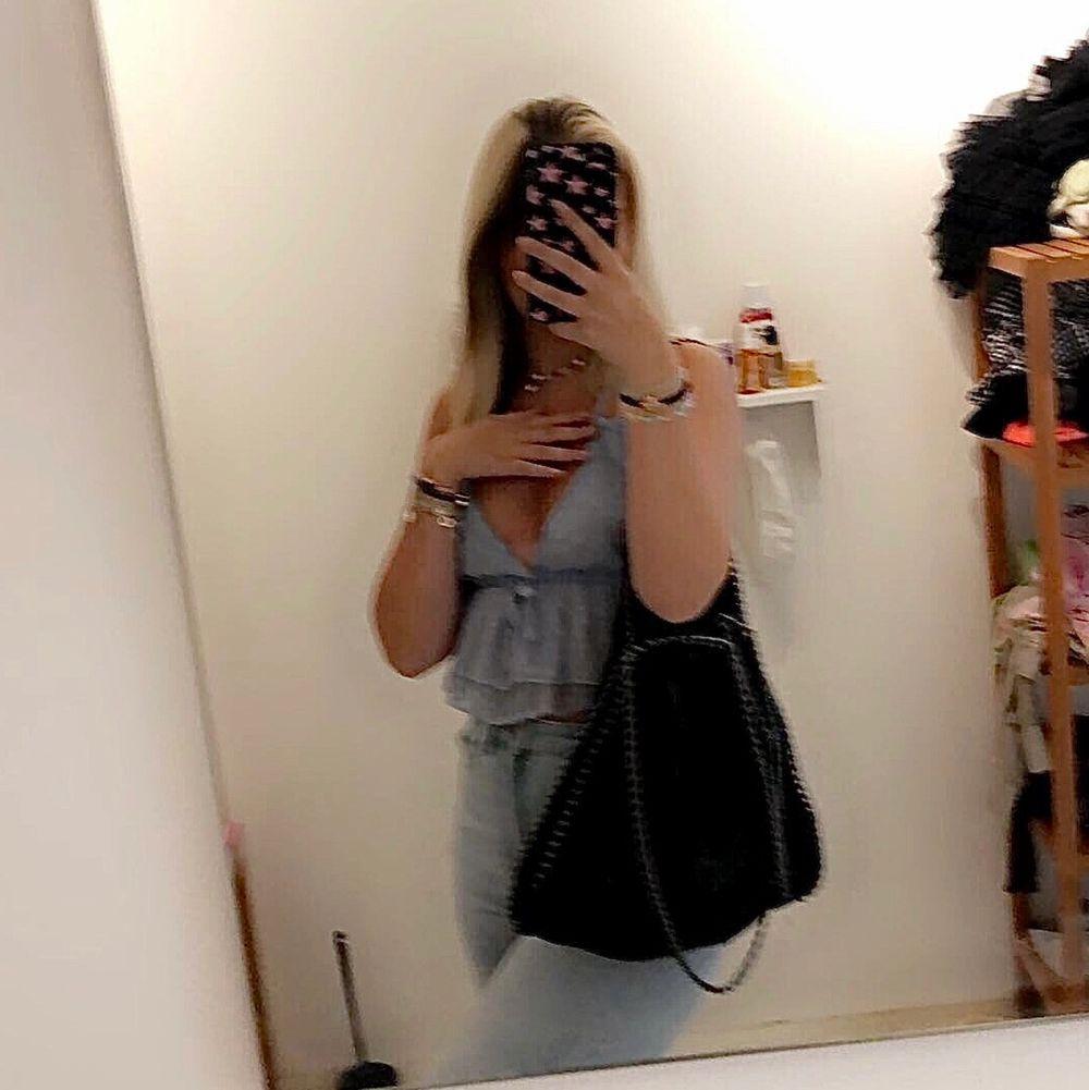 Säljer denna supersöta Stella McCartney liknande väskan!!💕💕 inköpt för ett par år sedan & helt i nyskick, skriv för fler bilder⭐️  väskan är svart & i ett skimrande material ⭐️ RYMLIG😇 säljer pga jag har en likadan fast blå som jag använder dagligen, å eftersom att denna är i så bra skick förtjänar den att bäras oftare!!!❤️ 👉INGA rostade kedjor👈. Väskor.