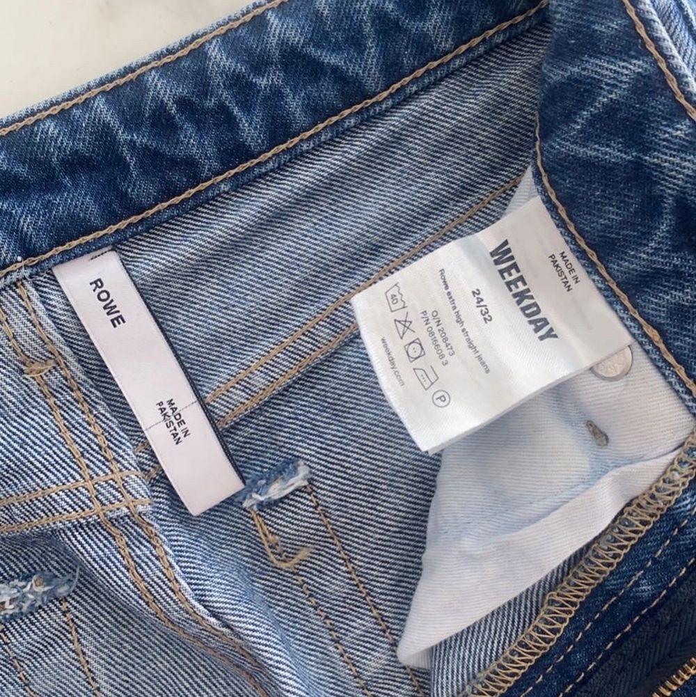 Straight jeans från weekday i modellen Rowe. Storlek 24 (32) i midjan och 32 i längd vilket är den normala längden på jeans💛⚡️. Säljer pga att de blivit för små för mig. Har andvänds fåtal gånger så dom är som nya utan några skador! . Jeans & Byxor.