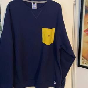 Vintage mörkblå Russel Athletic/Tommy Hilfiger sweatshirt. Storlek är S men passar även M pga att den är oversized. Pris kan diskuteras.