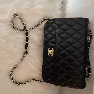 En helt ny och oanvänd Chanel väska, det är en A-kopia alltså en väldigt bra kopia! Det står Chanel på inuti väskan samt på knapparna/detaljerna. Har 2 st därför finns det 2 annonser. Skickas spårbart som ingår i priset, eller hämtas i Malmö. :)