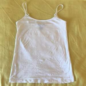 Ett fint vitt linne från AMISU i storlek XS men passar också för er som har S i storlek! Linnet är helt oanvänt, om du undrar något så är det bara att skriva!💗