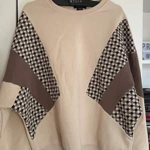 En beige tröja från Nee Yorker som aldrig kommer till användning. Super fin och helt oanvänd. Fina neutrala färger med fint mönster.
