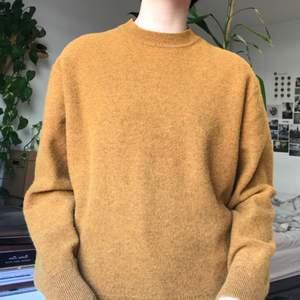 orange stickad tröja från uniqlo!! väldigt mysig och är i fint skick, säljer för den inte kommer till användning:)) storleken är S, men sitter mer baggy på mig som är 160!
