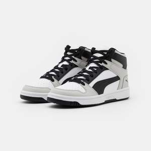 Puma Rebound High som är ett billigare alternativ till Jordans då  dom liknar Jordans 1 Smoke Gray  väldigt mycket!!  Helt nya, aldrig använda och är nu helt slutsålda                                  köpta för 849 + 199 kr i tull = nypris 1050kr
