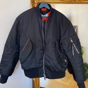 """Säljer nu min nästintill oanvända Acne Bomber, modell """"Makio"""". Den är köpt på herravdelningen och är i storlek 44, på mig som är 1.65 så är den lagomt oversized ( fler bilder kan skickas ). Inköpt för ca ett halvår sedan för 4.800kr 🥰 Frakt ingår i priset."""