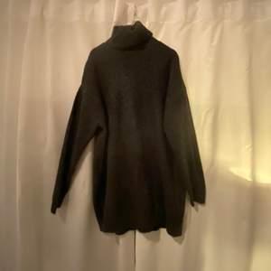 Jättesnygg och skön stickad tröja med en as snygg polokrage, har bara använt den 1 gång så den är i väldigt bra skick!!🥰 säljer för 150kr och kan frakta om köparen står för frakten 📦😍