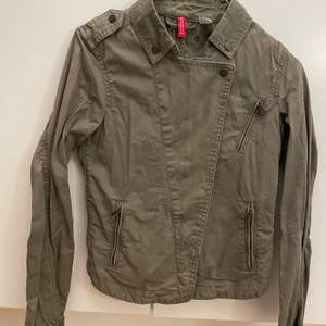 Khaki grön vår jacka från h&m fint skick endast skrynklig hängt i garderoben