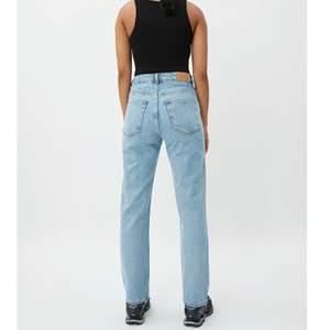 Säljer mina sparsamt använda Weekday jeans i modellen Voyage färgen Pen Blue. Köpta för 500kr! De är i strl 26/28 men de är rätt stora i storleken så passar absolut någon upp till 30/28 beroende på hur boyfriend-aktigt man vill att de ska sitta❤️