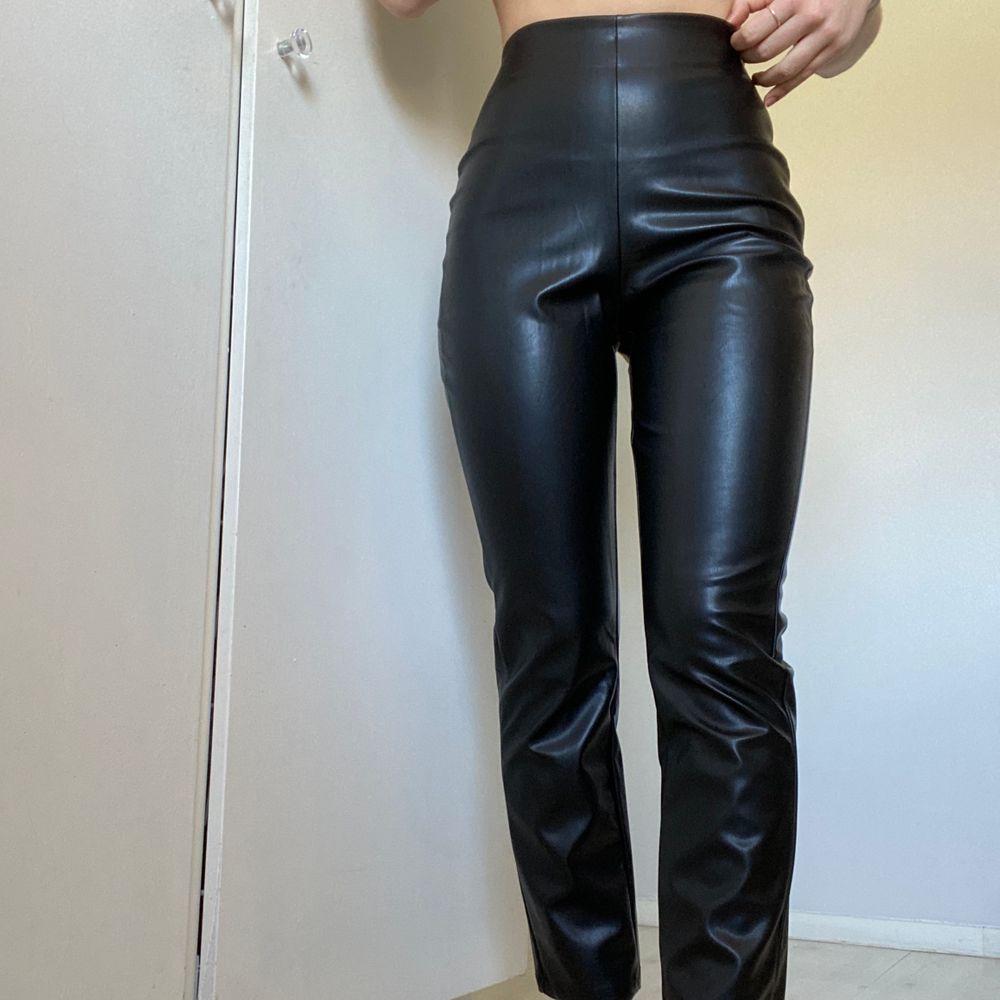 Budgivning i kommentarerna! Byxor i fakeläder från Bianca Ingrossos kollektion med Nelly. Stl S. Säljer eftersom jag köpte två storlekar. Helt oanvända med andra ord! Byxornas längd (innerben) är ca 67 cm. Nypris: 499kr. Jeans & Byxor.