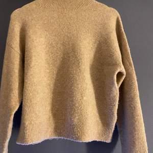 Mysig beige/brun stickad tröja från H&M med hög hals :) Skriv för bättre bilder! Strl XS och säljer för 70kr + frakt! 🤎