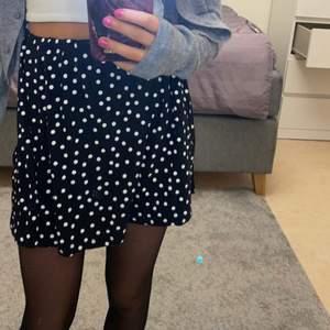 Super fin, trendig kjol!✨ passar super fint nu på våren men även sommaren.❤️ några frågor kontakta mig då