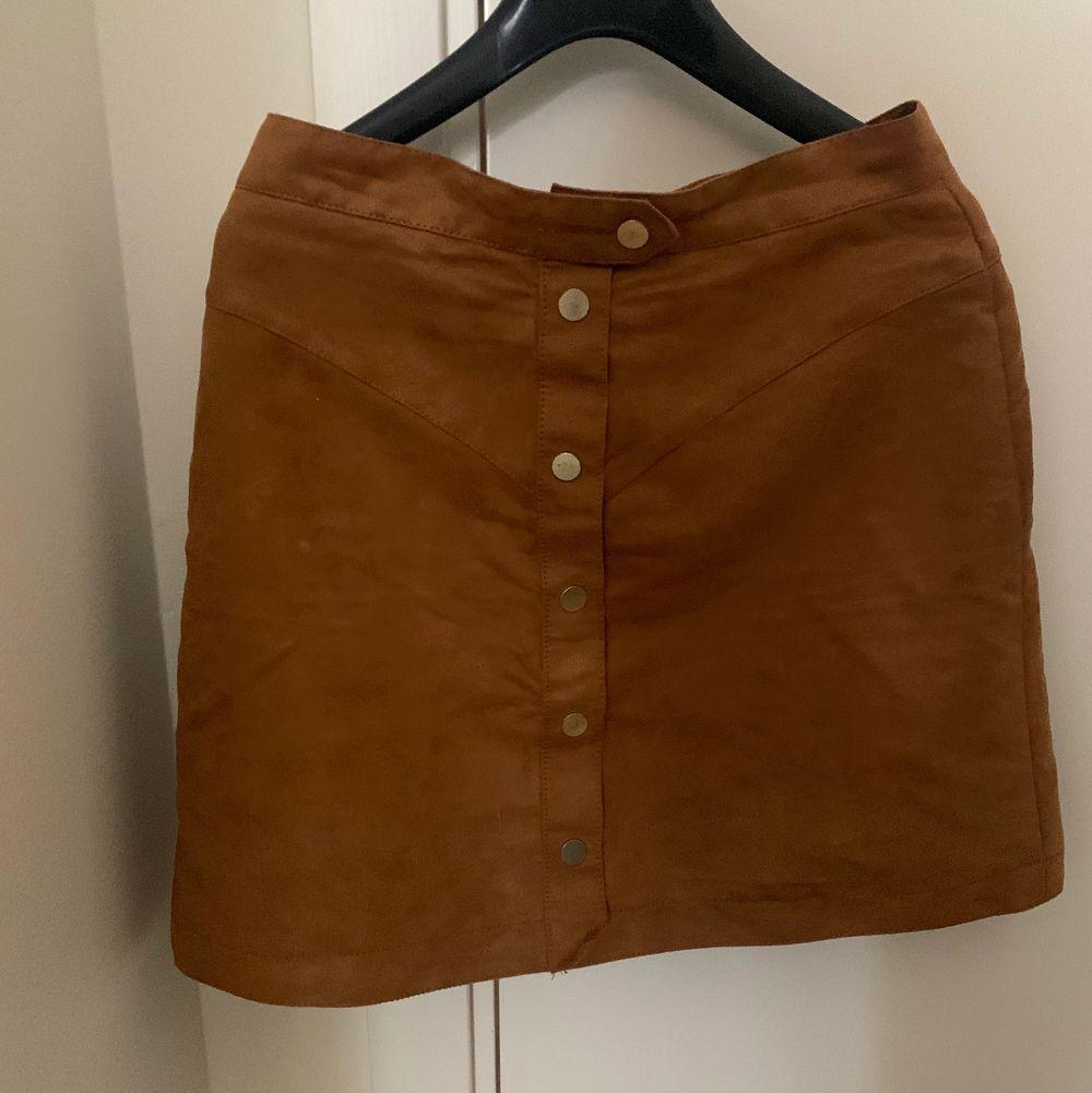 En brun mocka kjol som jag aldrig använt, köparen står för frakten!🤎. Kjolar.