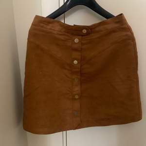 En brun mocka kjol som jag aldrig använt, köparen står för frakten!🤎