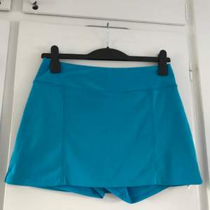 Kort tenniskjol från Adidas, typiska Y2K sporty vibes 💎💕🎾 Inbyggda shorts under kjolen, halvhög midja, väääldigt stretchig! Storlek S men stor så mer som en M absolut! För kort och tight på mig som är L. I perfekt skick, som ny!! 😍🌺🏌🏼♀️