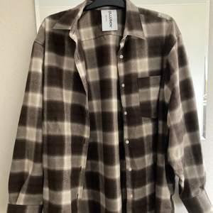 Oversize brun skjorta från Collusion endast använd någon enstaka gång. Fin oversize på mindre storlekar. Fraktas spårbart för 57kr.