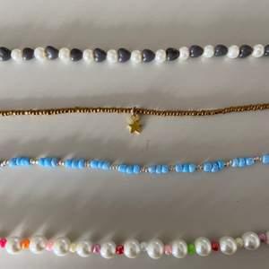 Egentillverkade pärlhalsband!! De passar så bra med färgglada fina halsband nu till våren och sommaren!!!💛💛             Tunna pärlhalsband- 50kr                                          Halsband med tjockare pärlor-70kr