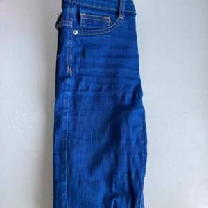 Mörkblå jeans i slimfit stil. Mycket stretch men knappt använda. En aning långa för 155cm men annars normal längd
