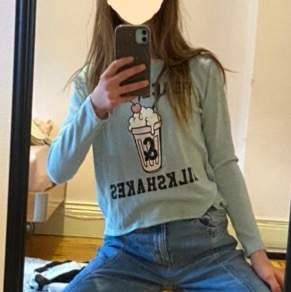 Turkos tröja med en milkshake på jätte fint skick från H&M jag älskar den men säljer den för att den inte kommer till användning