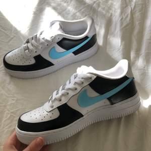 Hej! 💙 Tänkte göra en intressekoll för mina nyköpta Nike air force 1s som jag målat med läderfärg och matte finisher. Färgen ska hålla likaså vara vattentät. Självklart är skorna äkta och köptes från footlocker, kvitto finns. Skorna är i storlek 37.5 🦋