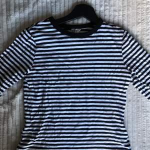 Svartvit-randig långärmad tröja som går att ha som den är eller under oversized t-shirts. Står att det är storlek XXS men den är mer som XS/liten S.