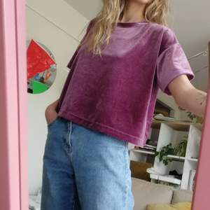 Velvet tshirt från weekday i storlek M