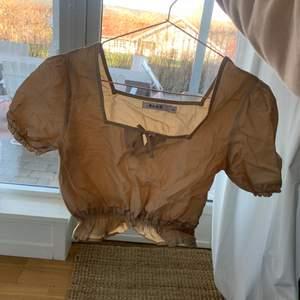 Sött topp från nakd som endast är använd en gång💗 säljer för att den är för liten för mig, storlek 34🥰 kan behöva strykas före användning!! Nyskick